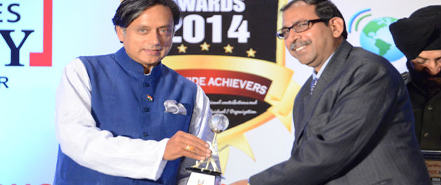 Dr. Sumesh Raizada Dean Retail JIMS Rohini Sector 5 receiving award from Mr Sashi Tharoor